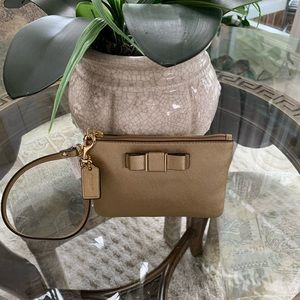 COACH DARCY GOLD BOW LEATHER WRISTLET! 💛